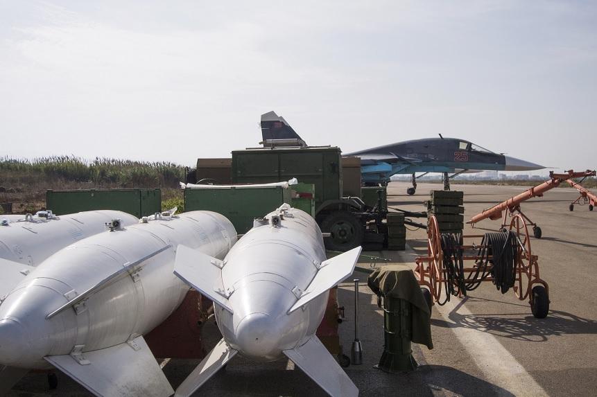 Explosivos cerca de un avión de guerra ruso en la base aérea de Hemeimeem, Siria (AP/Archivo)