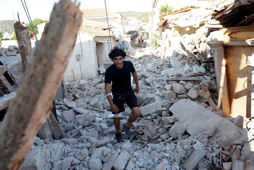 Los miembros del equipo de rescate buscan víctimas en un edificio derrumbado en el pueblo de Vrissa, en la isla griega de Lesbos (Reuters)
