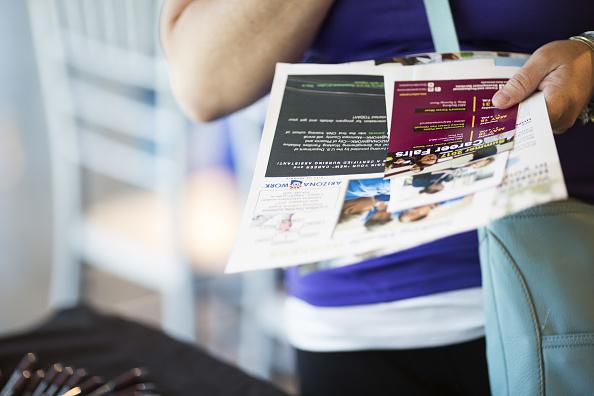 Un ciudadano estadounidense presenta papeles para solicitar apoyo por desempleo
