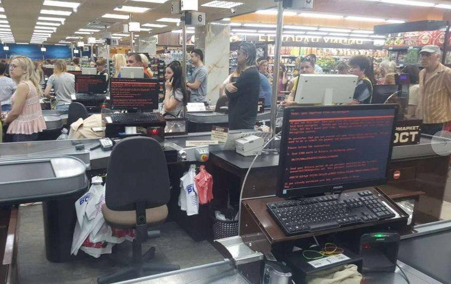 Los clientes hacen fila en el supermercado 'Rost' en Kharkiv, Ucrania (Reuters)