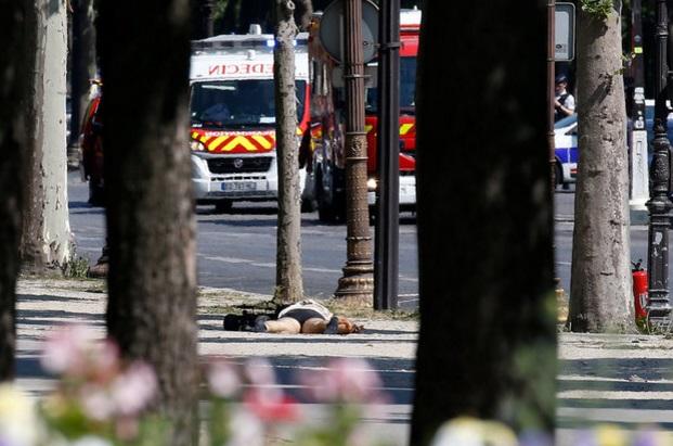 El cuerpo del sospechoso quedó tendido en el suelo (Reuters)