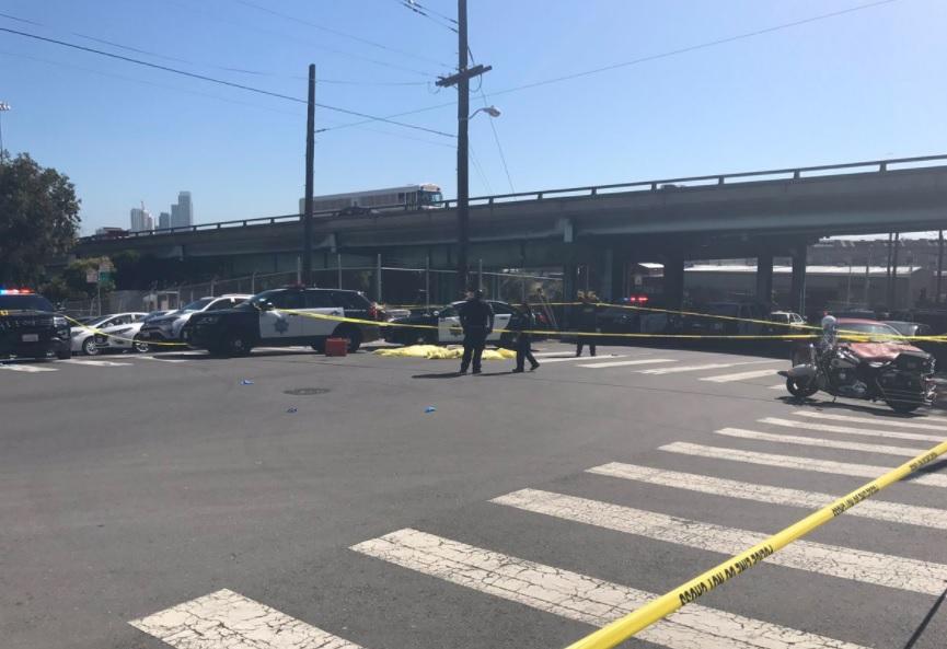 Dos cuerpos tendidos fuera de la bodega de paquetería UPS de San Francisco, California (Twitter: @joshdcaplan)