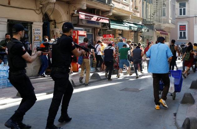 La policía antidisturbios de Turquía usa balas de goma para dispersar a activistas LGBT (Reuters)