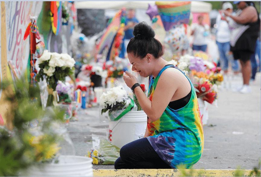 Una mujer llora en el lugar donde murieron 49 personas a manos de un hombre que dijo pertenecer al Estado Islámico