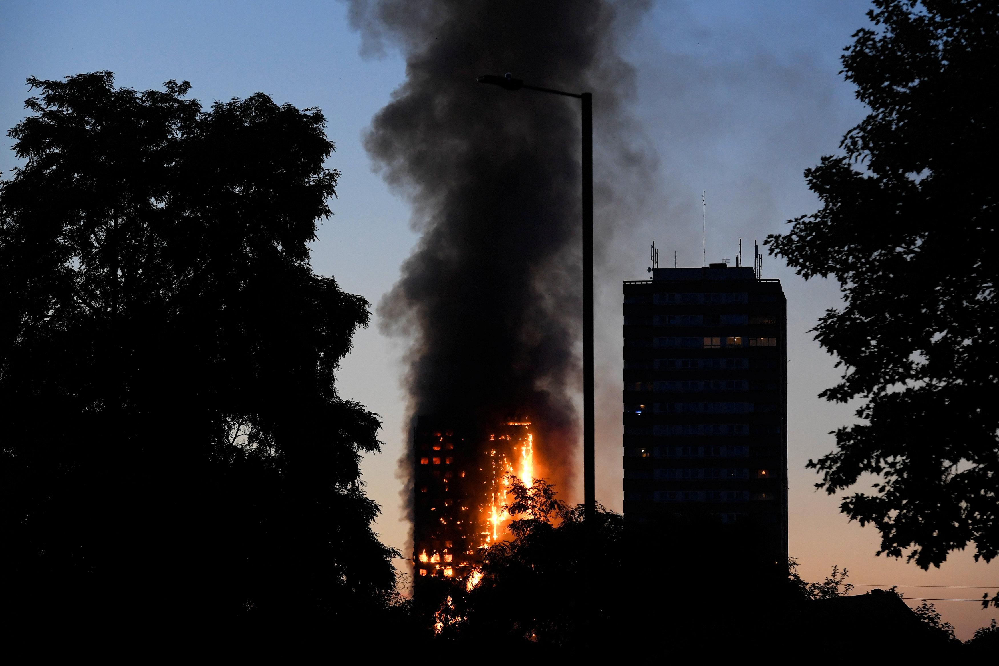 Voraz incendio de una torre pone en vilo a Londres