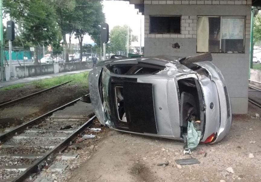 Ciudad De Mexico, Automovil, Choque, Cae, Vias Del Tren Ligero, Estacion Azteca, Calzada De Tlalpan, Conductor, Lesionado, Gravedad, Televisa News