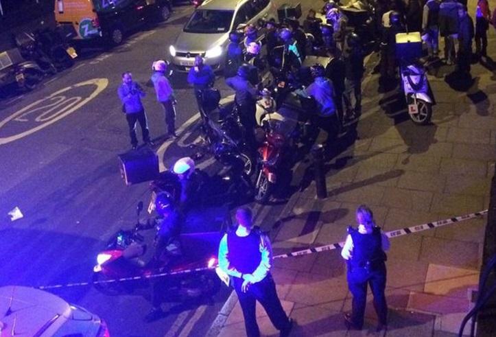 La escena de uno de los ataques que hirieron a seis personas con ácido ciclomotores (Reuters)