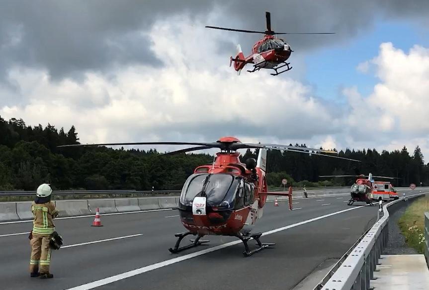 Helicópteros en el sitio donde estalló un vehículo después de chocar con un camión en una autopista cerca de Muenchberg, Alemania (Reuters)