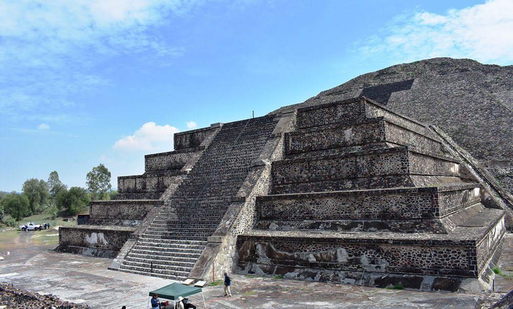 Cientificos analizan la base de la piramide de la luna