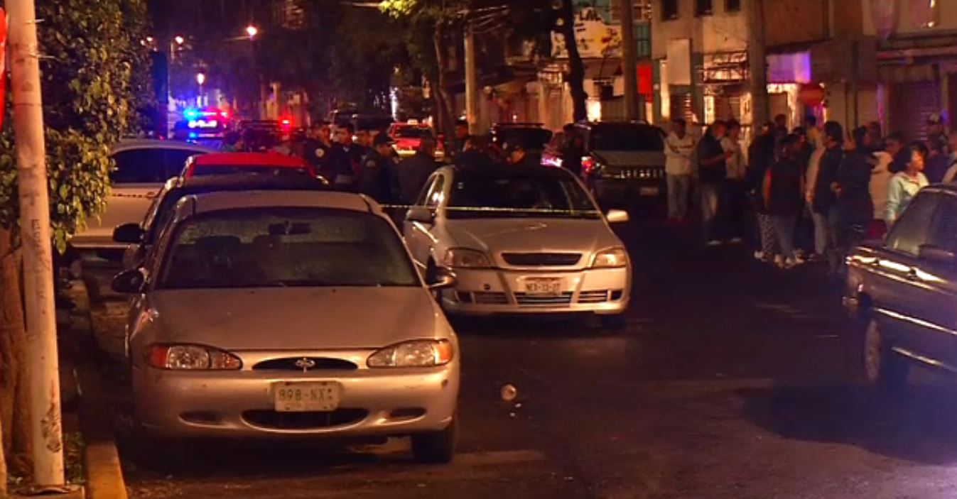 Policias vigilan la zona donde se registro un asesinato