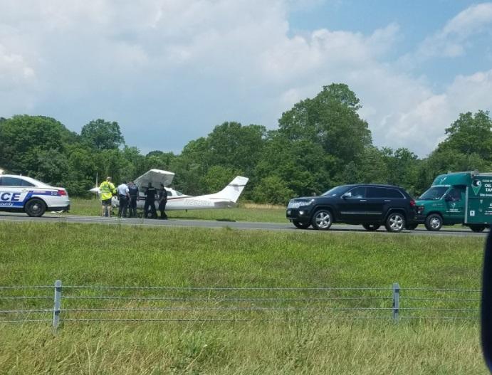 Avioneta aterriza de emergencia en medio del tráfico de una carretera