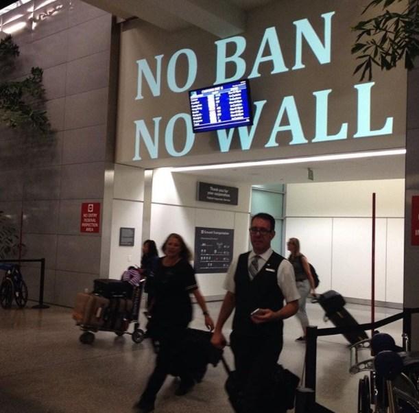 Activistas proyectan obras en edificios federales de San Francisco, EU (Instagram:@aemarling)