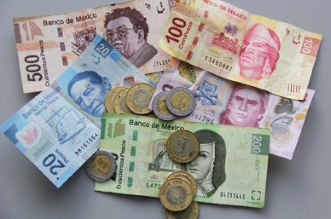 Billetes y monedas mexicanas de diferente denominación