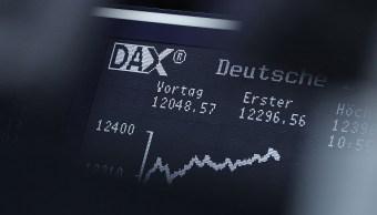 Tablero electrónico de la Bolsa de Frankfurt; inició operaciones en rojo