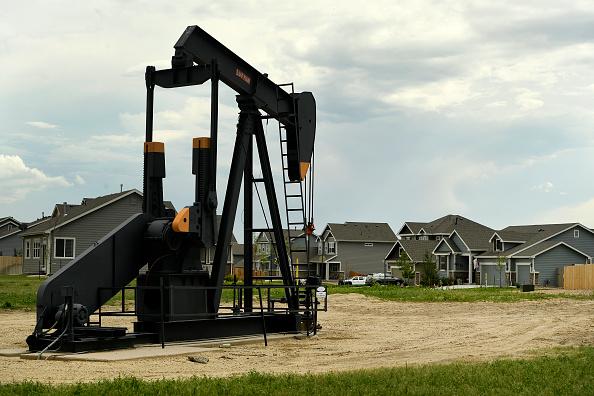 Bomba de extracción de hidrocarburos en campo petrolero