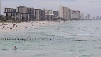 Los amantes de la playa formaron una cadena humana para salvar una familia en Florida (Foto: weatherplus)