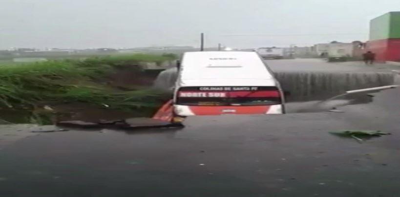 cae camion en socavonpor lluvias en veracru
