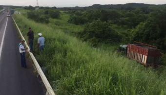 Camión se sale del camino en San Julián, Veracruz