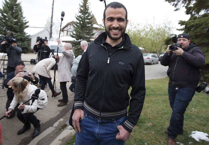 Omar Khadr abandona una rueda de prensa tras ser puesto en libertad bajo fianza (Reuters)