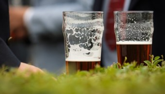 Vasos con cerveza tras un evento musical