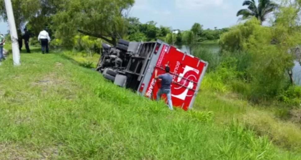 Chofer se queda dormido y vuelca camión en fraccionamiento de ...