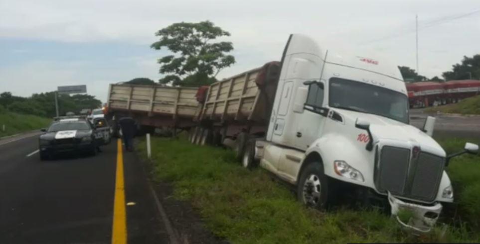Choque de tráiler y camioneta en Veracruz
