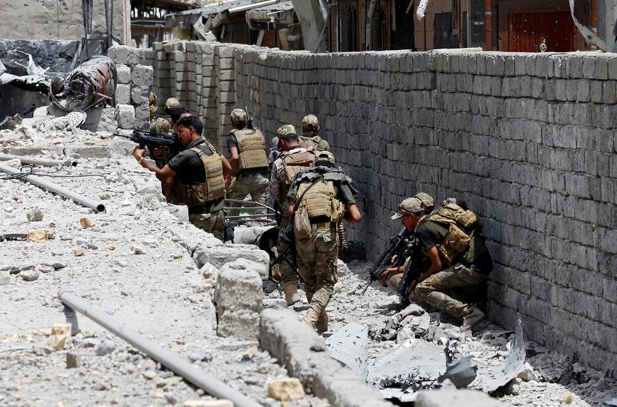 Fuerzas de Seguridad iraquíes caminan con sus armas en Mosul (Reuters)