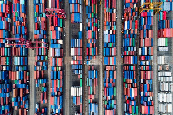Contenedores de envío en terminal portuaria