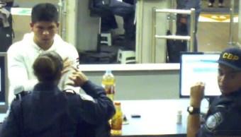 Video Muestra Joven Bebe Metanfetamina Agentes