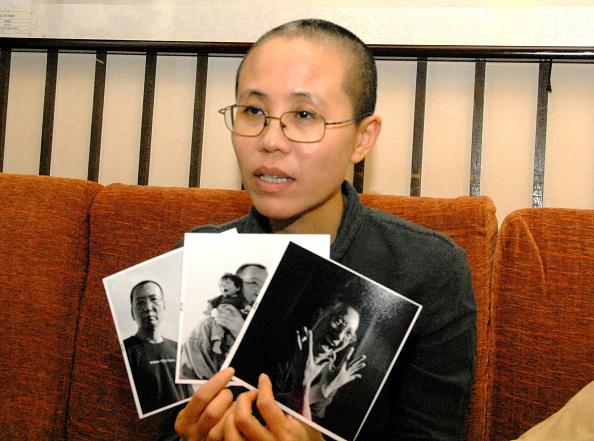 Liu Xia muestra fotos de su esposo Liu Xiaobo