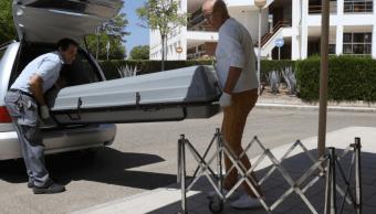 El cuerpo de Miguel Blesa durante su traslado a la morgue