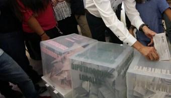 una persona emite su voto durante las elecciones de coahuila