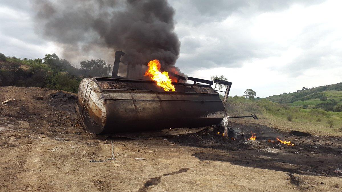 Enfrentamiento entre huachicoleros deja pipa y camioneta incendiadas en Tlalancaleca, Puebla