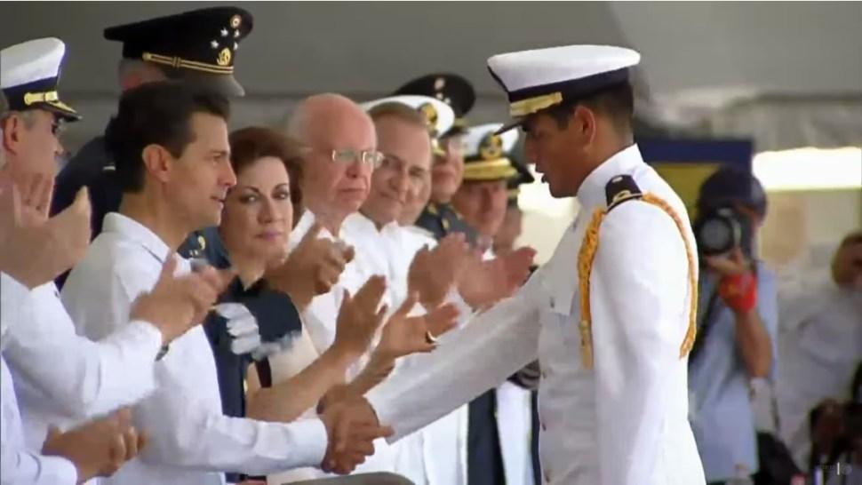 EPN entrega reconocimientos a marinos que se gradúan de la Escuela Naval