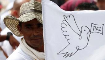 Exmilitante de las FARC celebra inicio del desarme en Colombia