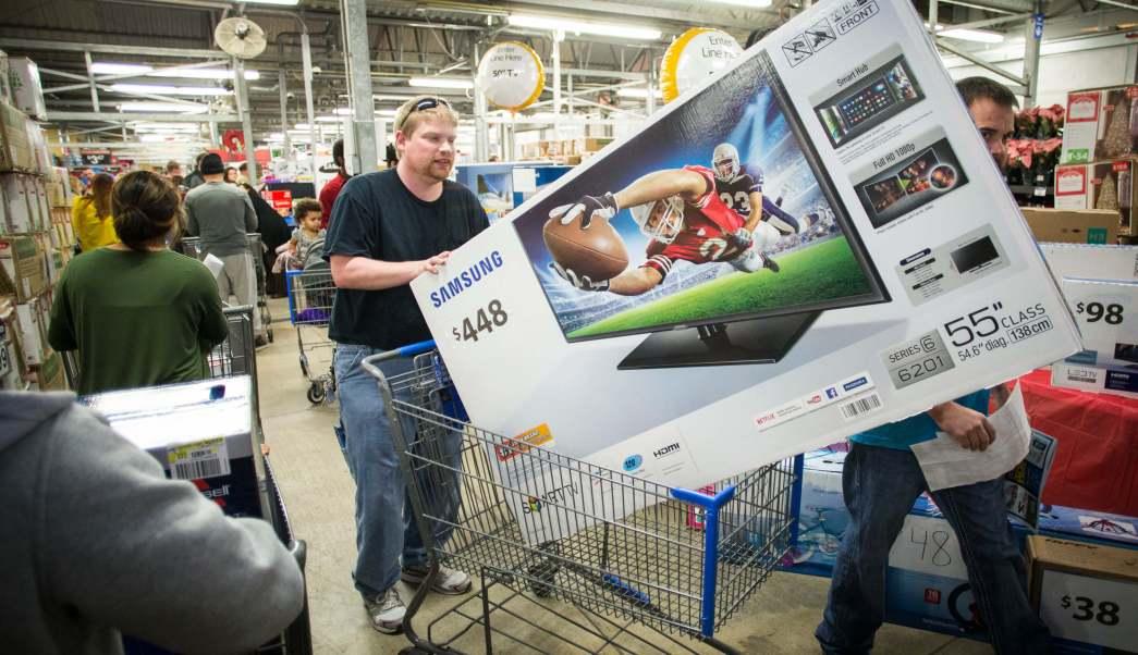 Hombre comprando televisor en centro comercial