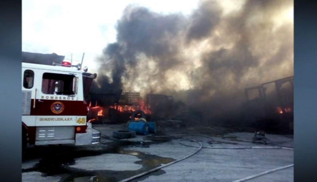 Incendio en taller de camiones en Nuevo León