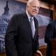 John McCain, senador republicano que votó contra ley de salud de Trump