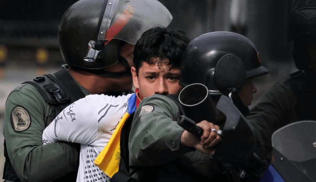 Policías venezolanos arrestan a joven durante protestas
