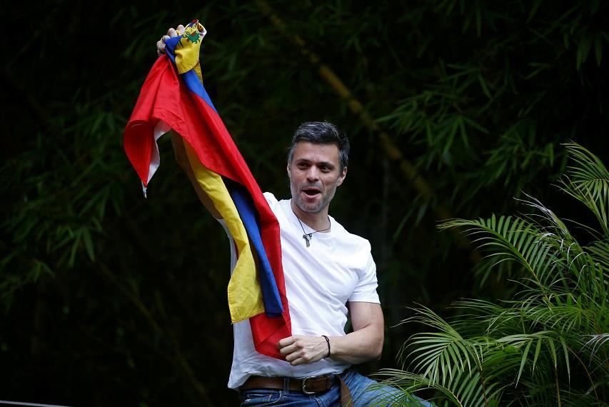 Leopoldo López agita una bandera de Venezuela (Reuters)