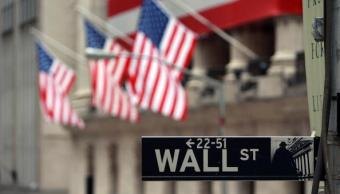 Letrero de Wall Street a lado de la Bolsa de NY