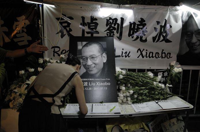 Manifestante, libro de condolencias, muerte, Nobel de la Paz, Liu Xiaobo