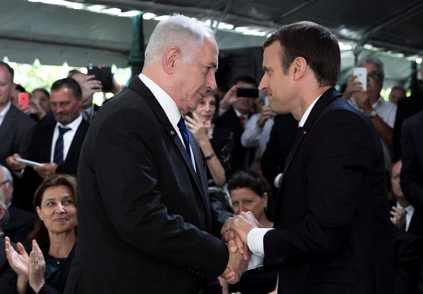 Emmanuel Macron y Benjamin Netanyahu se dan la mano después de una ceremonia conmemorativa del 75 aniversario de la redada de Vel d'Hiv en París (Reuters)
