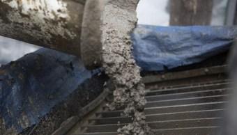 Cemento, arena y grava son vertidos en una obra