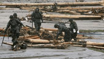 Soldados japoneses buscan a desaparecidos tras inundaciones