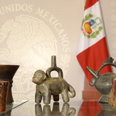 México entrega 168 piezas arqueológicas recuperadas a Perú