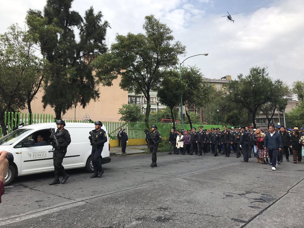 Policías capitalinos despiden a agente que murió al impedir asalto