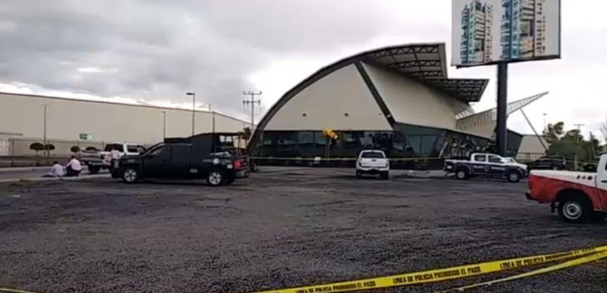 Policías resguardan restaurante tras ataque armado en Querétaro