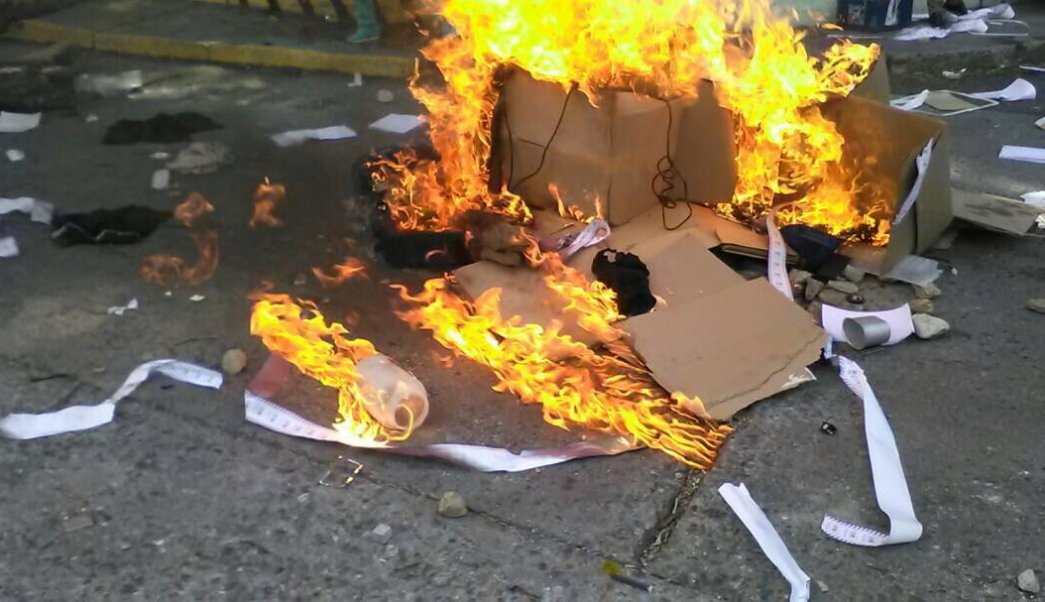 Manifestantes queman material electoral Asamblea Constituyente