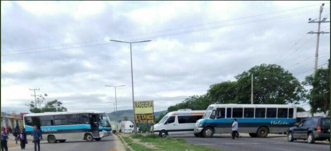 Varios vehiculos bloquean la carretera 175 de oaxaca